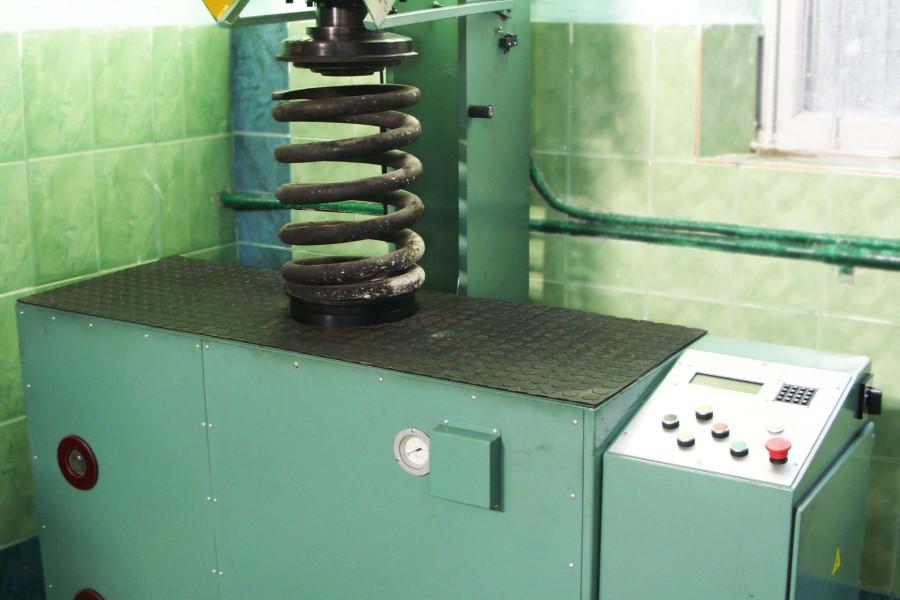 Машина для испытания спиральных пружин локомотивов